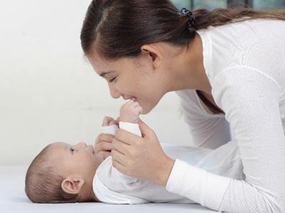 ベビーマッサージ」や「語りかけ育児」は ママの心を安定させる効果が絶大